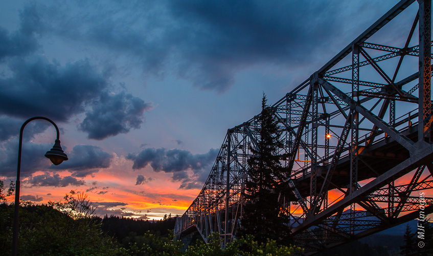 The Bridge of the Gods crosses the Columbia River from Oregon to Washington.
