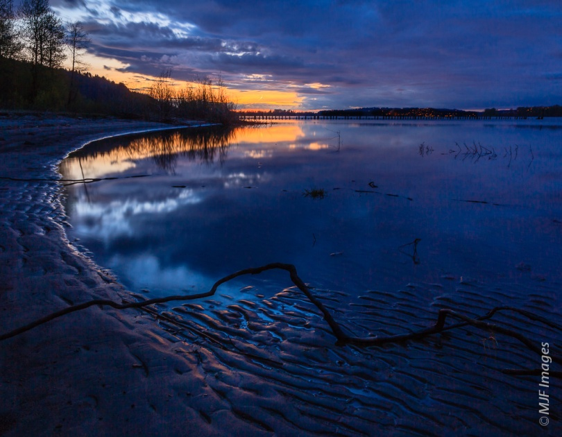 A peaceful dusk descends along the lower Columbia River in Oregon.